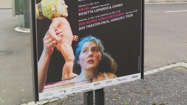 Werbeplakat für das Aarauer Figurentheater Fabrikpalast. Eine Frau hält eine Puppe in die Höhe.