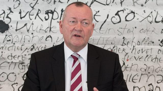 Mann in Krawatte bei Vortrag.
