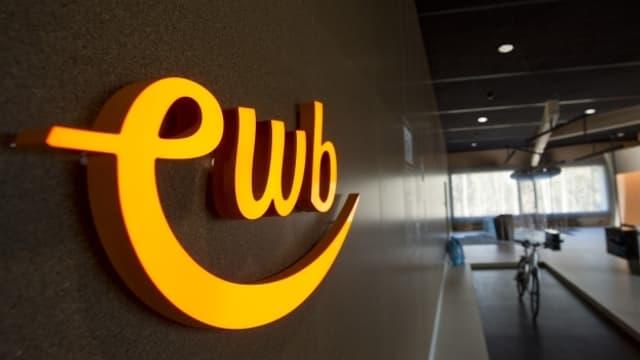Der leuchtende Schriftzug EWB