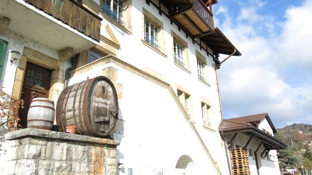 Grosses Weinfass und Aussentreppe zum Engelhaus.