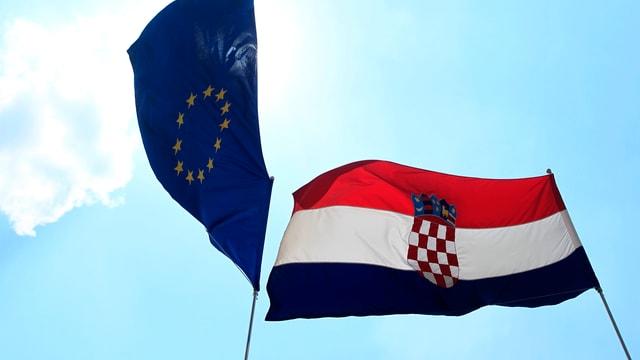 Eine EU-Fahne und die kroatische Flagge.