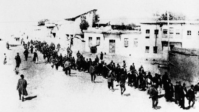 Armenier 1915 auf einem Todesmarsch