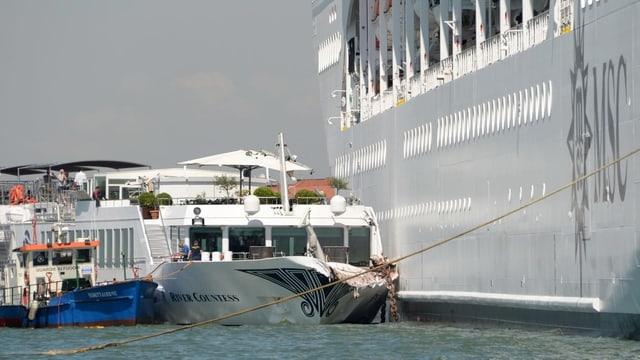 Ozeanriese rammte Touristenboot