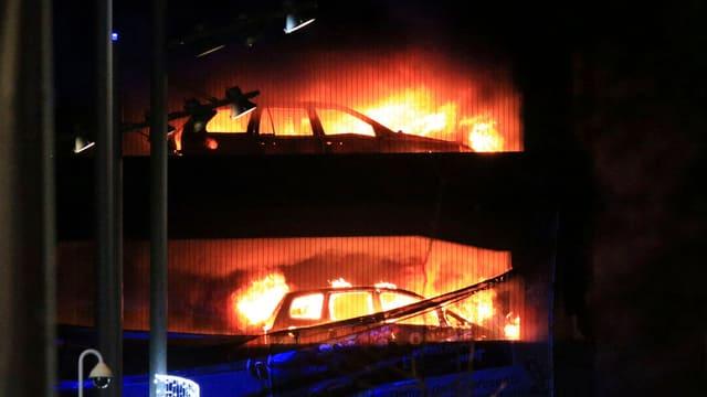 Brennende Autos.