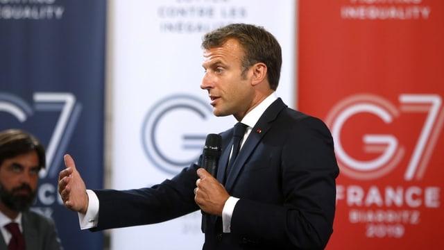 Macron spricht ins Mikro am G7-Gipfel.