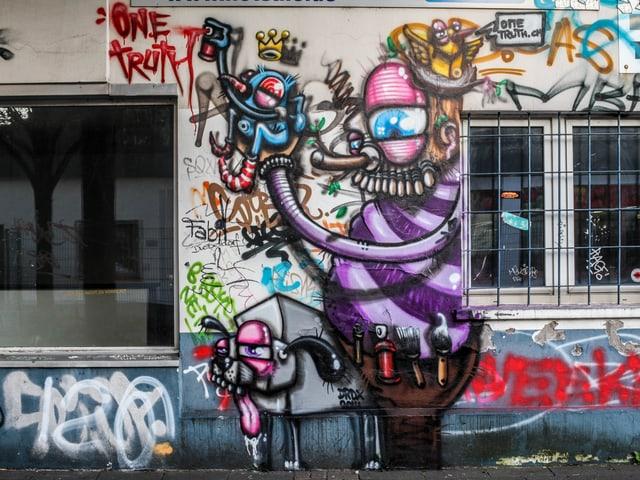 Ein Graffiti, das einen Mann mit violettem Gewand zeigt.