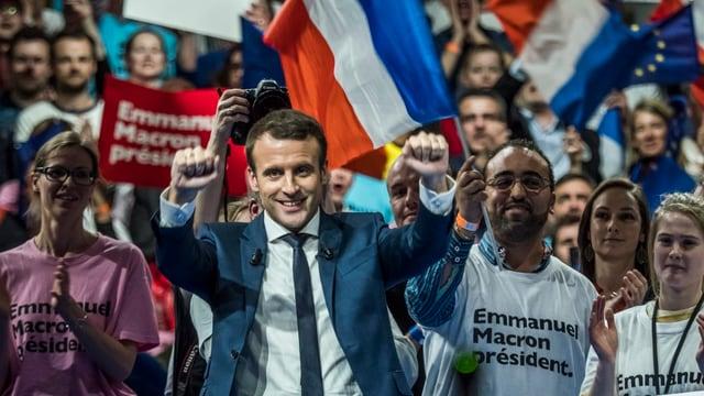 Emmanuel Macron auf einer Wahlversammlung in Menschenmenge