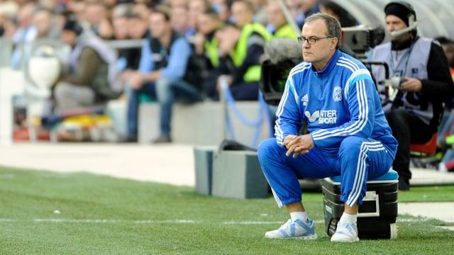 Marseille-Trainer Bielsa beobachtet ein Spiel seiner Mannschaft.