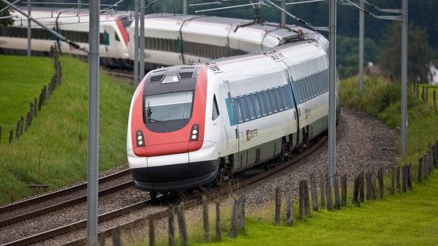 Ein Zug der SBB fährt auf dem Gleis