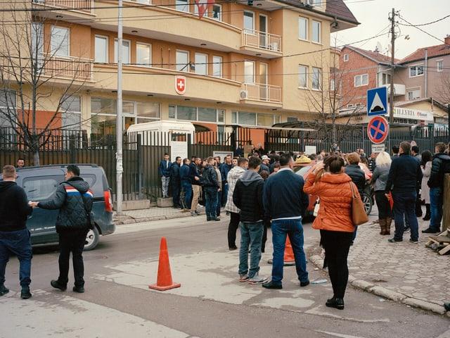 Die Schweizer Botschaft in Prishtina ist gut besucht.