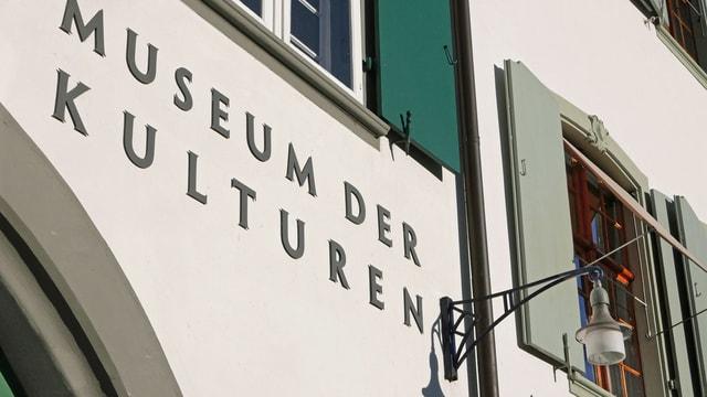 Museum der Kulturen, Anschrift auf Gebäudefassade.