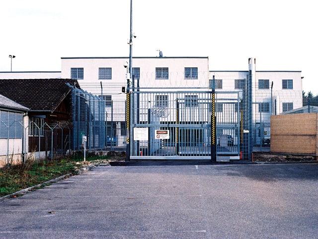 Aussenansicht des Gefängnisses, Rechts im Bild die Baustelle des Erweiterungsbaus.