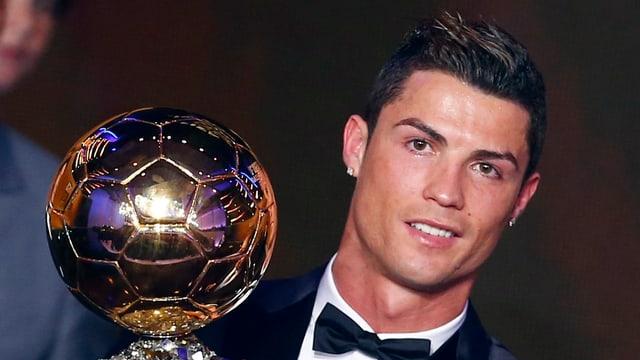 Cristiano Ronaldo mit der goldenen Trophäe.