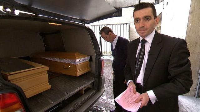 Enver Fazliji während der Arbeit: Er steht hinter dem Leichenwagen, im Auto sind zwei Särge.