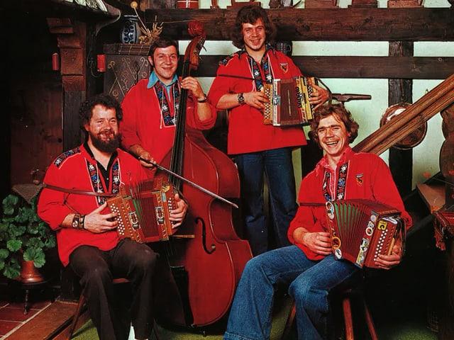 Vier Volksmusiker in roten Sennenhemben.