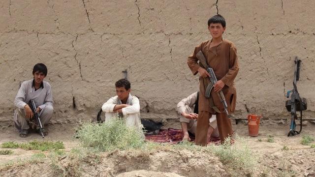 Drei jugendliche Männer mit Gewehren in Afghanistan .
