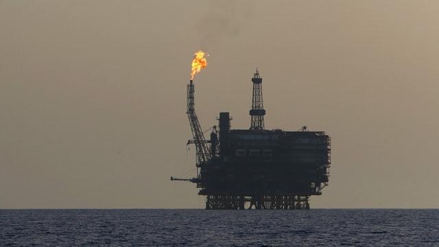 Eine Ölbohrplattform im Meer