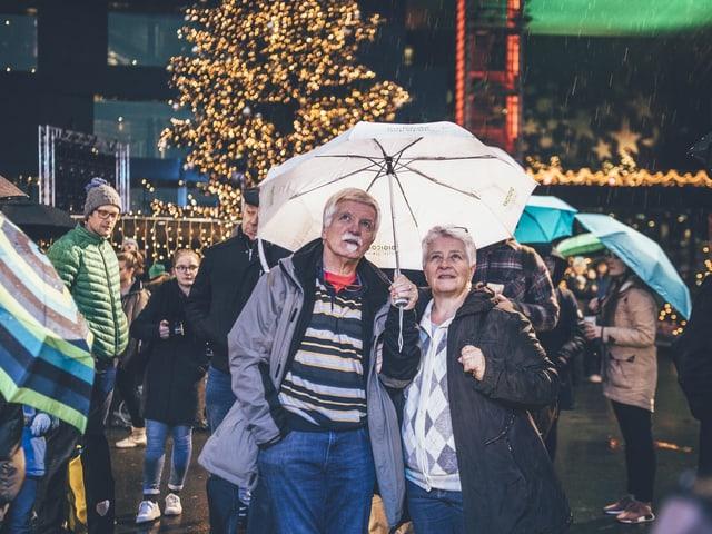 Sie trotzen dem Regen und geniessen die Stimmung auf dem Europaplatz.