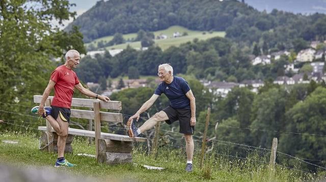 Dus seniors suenter il jogging.