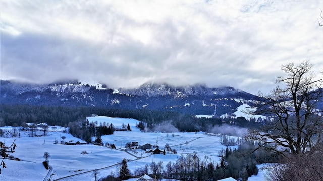 Viel Grau mit blauen Lücken am Sonntag auch in Schwarzenberg.