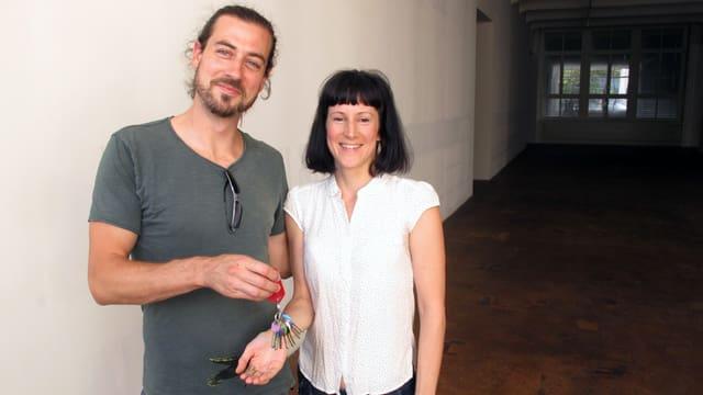 Ein Mann und eine Frau. Er hält einen Schlüsselbund in der Hand.