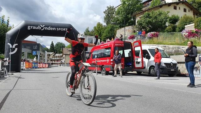 purtret da Strimer cun auzà ils pugns en l'aria suenter la cursa Jauer da 107 kilometers.