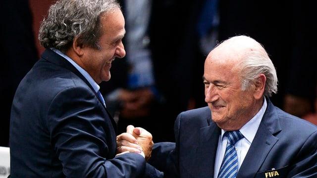 Platini und Blatter schütteln die Hand