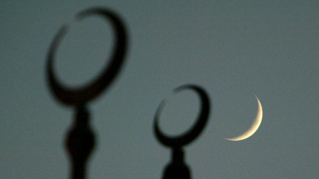 Türme einer Moschee in der Nacht