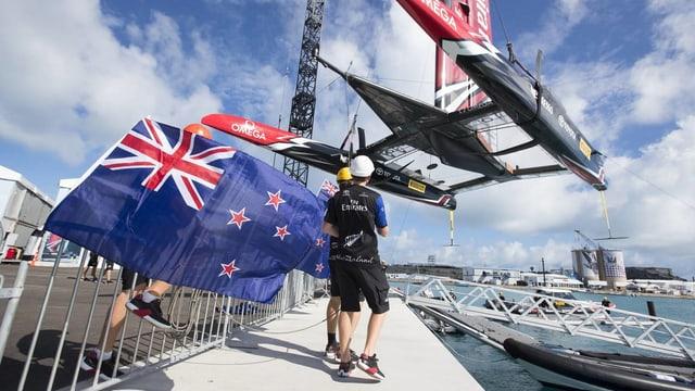 Der neuseeländische Katamaran wird aus dem Wasser gehoben.