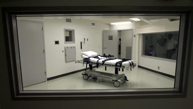 Blick in einen leeren Hinrichtungsraum mit fahrbarer Bahre, auf der der Todeskandidat festgeschnallt wird.