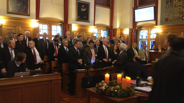 Die SVP-Fraktion steht zur Abstimmung im Kantonsratssaal auf