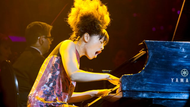 Hiromi spielt Klavier.