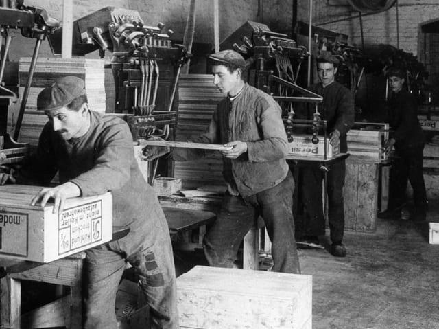 Fabrikarbeiter an Nagelmaschinen 1913