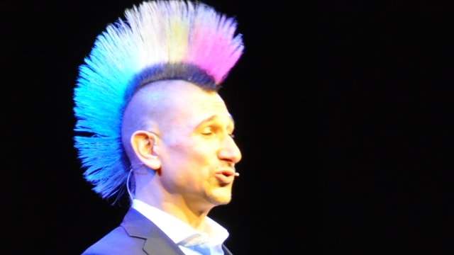 Andreas Thiel durant sia producziun al festival d'umor Arosa.