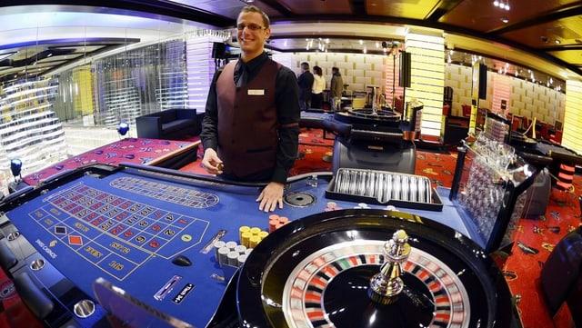 Ein Croupier steht hinter einem Roulette Tisch im Swiss Casino in Zürich