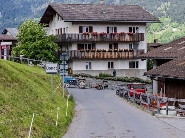 Landwirtschaft und verlassene Strassen. Die Gemeinde Donat.
