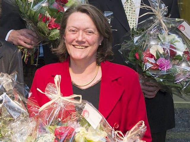 Marianne Dumermuth mit Blumenstrauss.