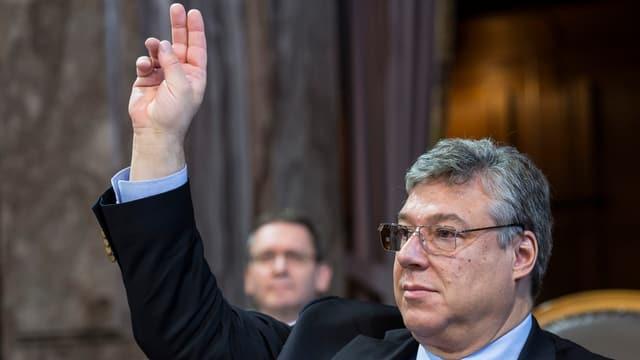 Lombardi hält die Finger in die Luft.