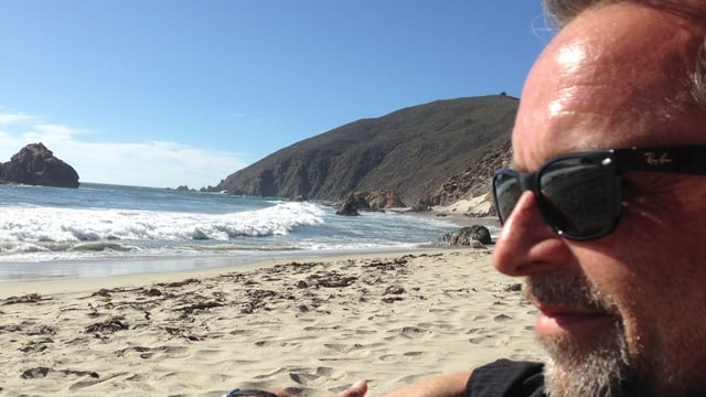 Porträt von Hank Shizzoe an einem Meeresstrand