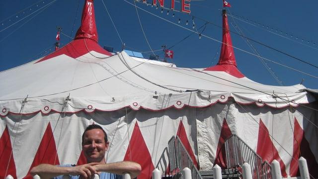 Claudio Zuccolini vor dem Zelt des Zirkus Knie