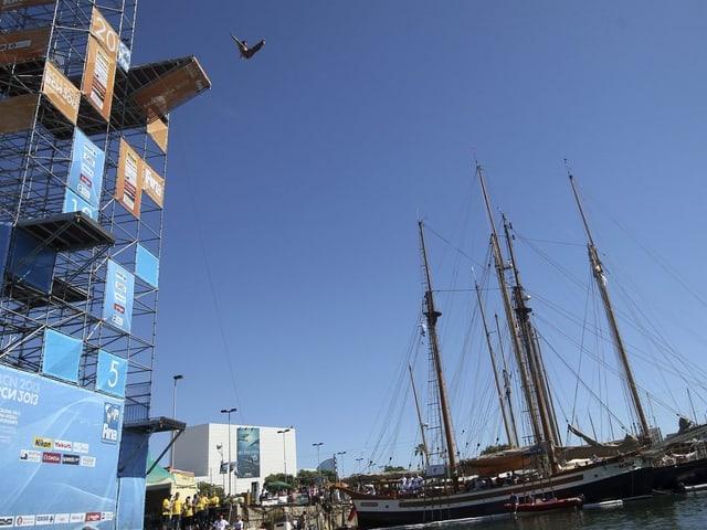 Von dieser Plattform an der Moll de la Fusta beim Hafen von Barcelona kämpfen die Cliff Diver um WM-Gold.