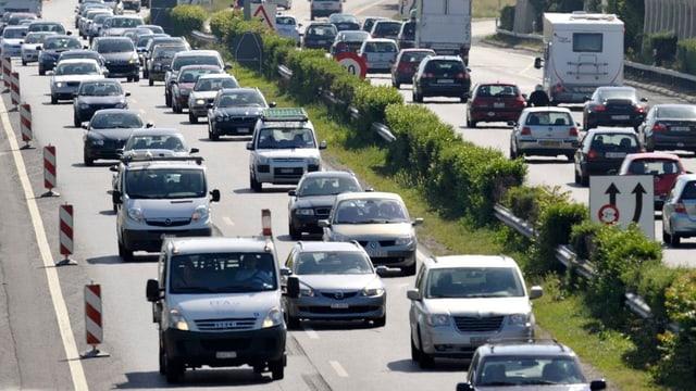 Ein Autostau auf eine Schweizer Autobahn mit lauter grauen Autos.
