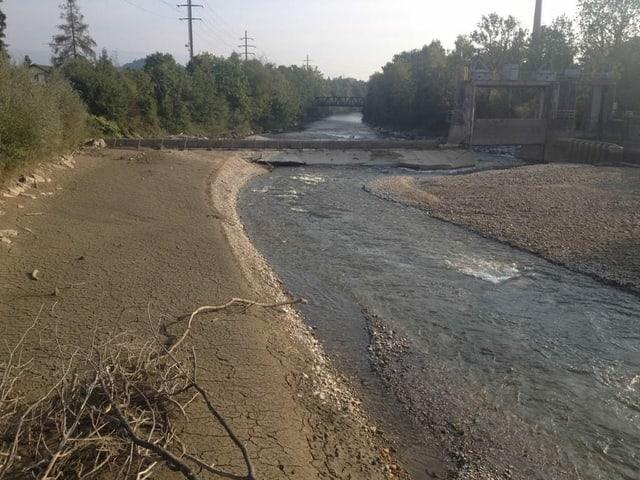 Fluss mit neuer, breitem Hochwasserschutz.