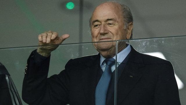 Joseph Blatter blickt über eine Glasscheibe an der WM in Brasilien