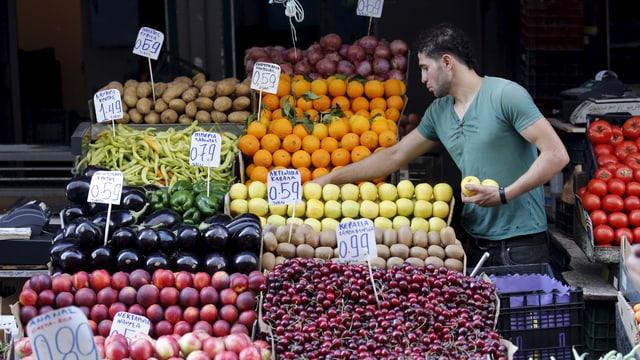 Ein Mann an einem Früchte- und Gemüsestand.