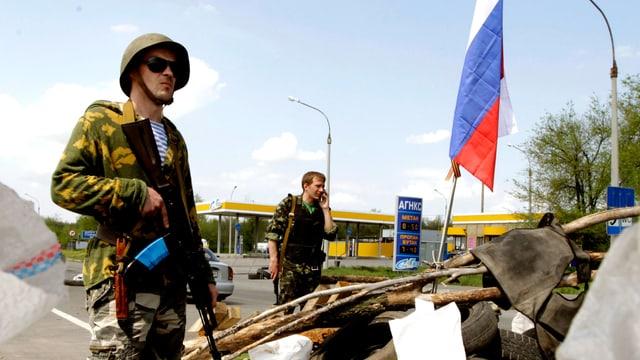 Ein pro-russischer Separatist steht an einer Strassensperre.