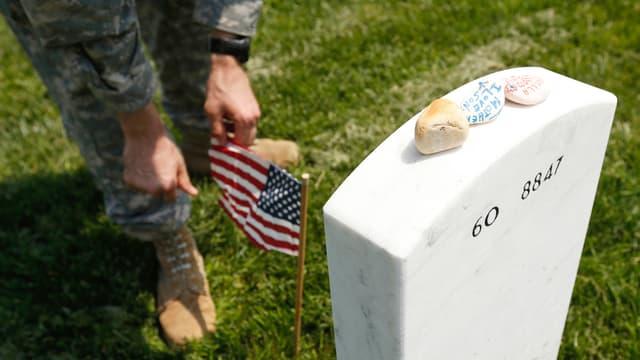 Ein Soldat an einer so genannten «Flags-In»-Zeremonie auf einem Friedhof in Washington.