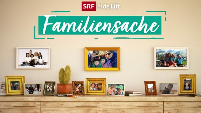 Drei Bilderrahmen mit den Familienfotos der Familien dieser Staffel