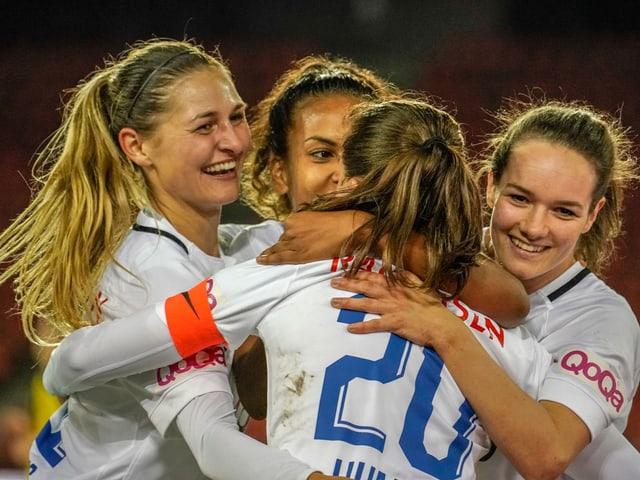 Vier jubelnde FCZ-Spielerinnen