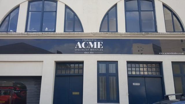 Das Gebäude von Acme Whistles.